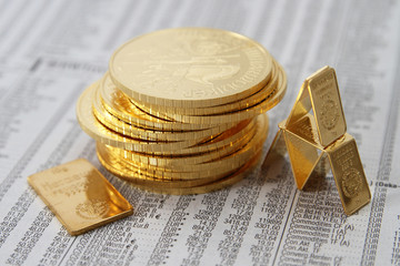 Gold als Goldmünzen Philharmoniker und Goldbarren auf Zeitung 1