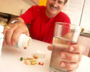 Hombre tomando píldoras.