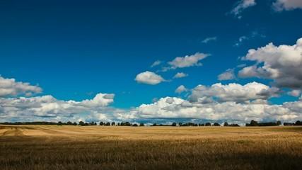 Wolken im Zeitraffer übers Feld