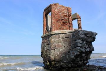 abgebrochene Ruine am Kreidefelsen
