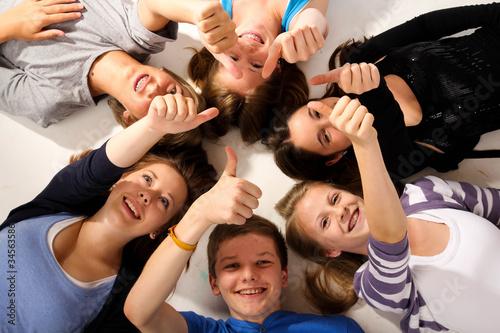 0711 teenager boden daumen hoch - 34563586