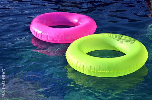 Flotadores en una piscina fotos de archivo e im genes for Flotadores para piscinas