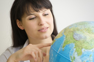 Junge attraktive Frau mit Globus