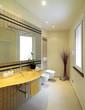 bagno moderno con lavabo in vetro giallo