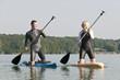 junges Paar beim Paddeln auf dem Board