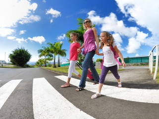 Maman et ses enfants sur un passage piétons.
