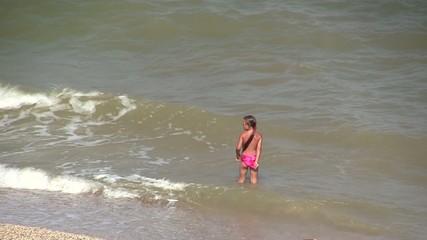 девочка купается в море