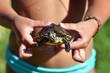 Niña con una tortuga