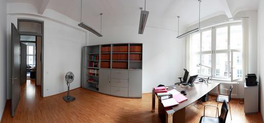 Grosszügiges Büro mit Schreibtisch und Aktenschrank