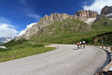 ciclisti sui tornanti del Pordoi - cyclists on Pordoi road