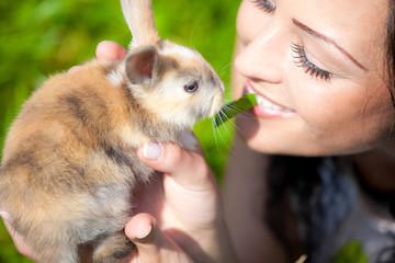 Bella ragazza con coniglio