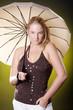 Natürliche Frau mit Regenschirm blickt freundlich