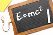 Alte Schiefertafel aus der Schule: E=mc²