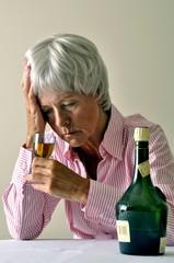 Seniorin trinkt Alkohol