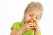 Mädchen ißt einen Apfel