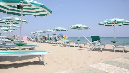 Sonnenschirme und Liegestühle am Strand