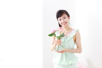 花瓶を持った若い女性