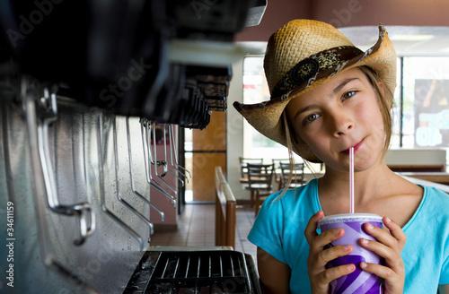 fillette au distributeur de soda
