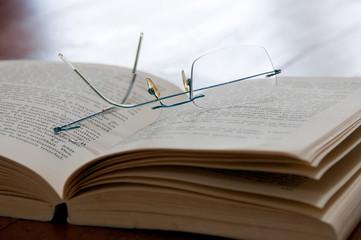 paire de lunettes posée sur un livre