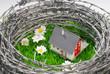 Mit Stacheldraht geschütztes Haus