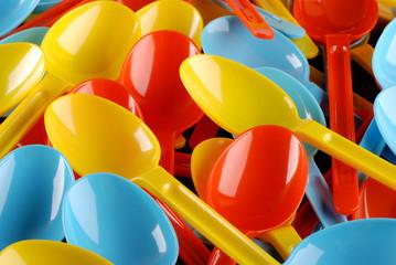 mucchio cucchiai colorati - uno