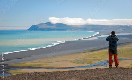 Aluminium Schipbreuk tourist taking photograph of beautiful Icelandic landscape