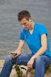 junger Mann mit Smartphone hört Musik