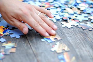 Hand beim Puzzeln