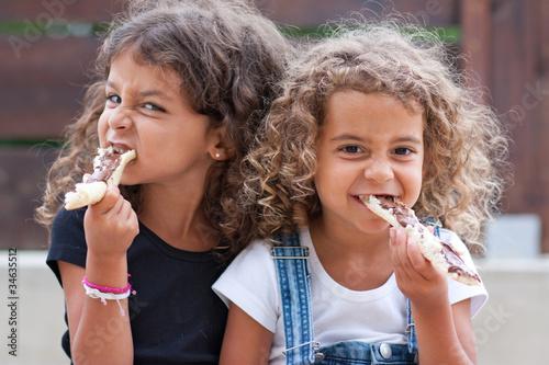 Leinwandbild Motiv Sœurs croquant des tartines de nutella