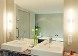 Badezimmer zwei Waschtische und Spiegelung