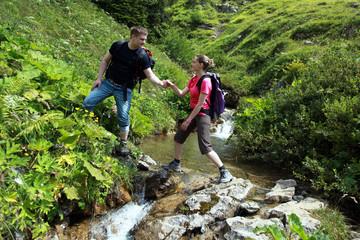 Hilfestellung in den Bergen