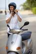 Attraktive Frau zieht ihren Helm aus