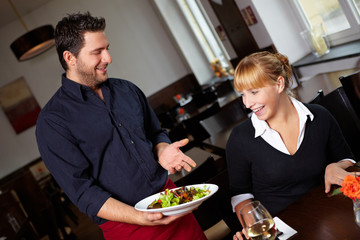 Kellner bringt Salat im Restaurant