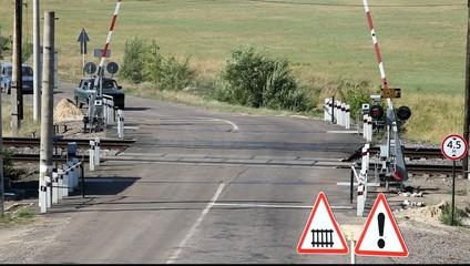 Закрытие шлакбаума на железнодорожном переезде.