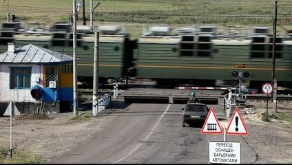 Движение поезда через железнодорожный переезд.