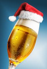 Bierglas blau mit Weihnachtsmütze