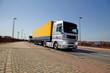 LKW in Fahrt mit Bewegungsunschärfe und Licht