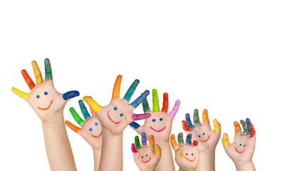 mehrere bemalte Kinderhände mit rechter und linker Hand
