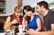 Freunde mit Handys im Café