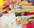 borstenpinsel auf gemaltem hintergrund