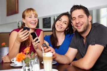 Gruppe mit ihren Handys