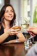 Mit Wein anstoßen im Restaurant
