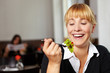 Frau schaut auf Salat auf Gabel