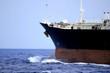 Proa de un mercante navegando