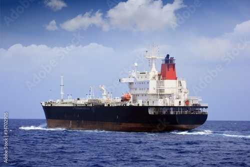 Petrolero navegando