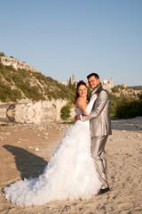 couple de jeunes mariés romantiques et souriants