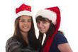 Zwei Frauen mit Weihnachtsmannmütze