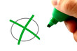 Hand mit grünem Stift - Zustimmung