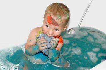 kleiner Bunter Junge in der Badewanne