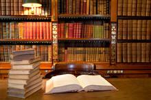 Gamla klassiska bibliotek med böcker på bordet
